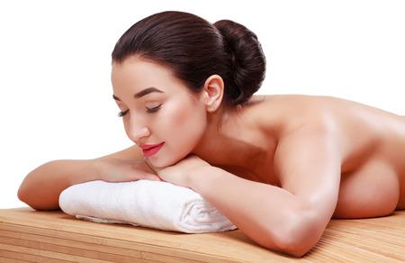 fille sexy nue: Jeune belle femme se détendant au salon de spa. Isolé sur fond blanc