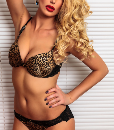 fille sexy nue: Belle femme blonde sexy en lingerie