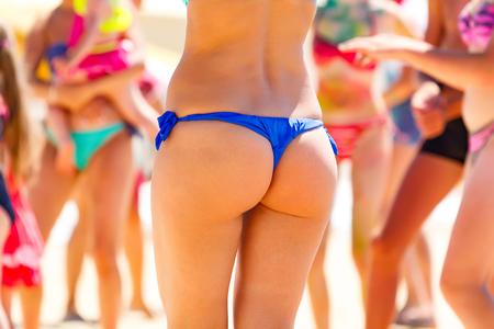 그을린 된 여자의 아름 다운 엉덩이입니다. 여름 해변 휴가 개념. 스톡 콘텐츠