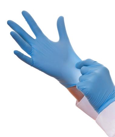 Zbliżenie strzał ręce medyk w niebieskich lateksowych rękawiczkach, odosobniony na białym tle