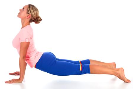 Frau, die Yogaübung, lokalisiert auf weißem Hintergrund tut Standard-Bild - 92728642