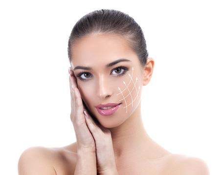 Chica guapa con piel limpia y fresca. Concepto de cuidado de la piel. Aislado sobre fondo blanco
