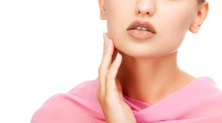Bella ragazza con la pelle pulita e fresca che indossa un tessuto rosa sulle spalle. Concetto di cura della pelle. Isolato su sfondo bianco