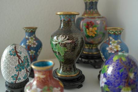 Collection de cloisonnés chinois ? vases et oeufs