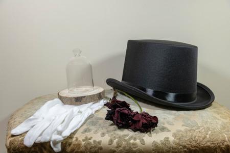 Gala, Herrenoutfit mit Hut und weißen Handschuhen
