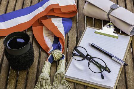 Maire et députés en France - Élection municipale - Bureau du maire - Bureau des femmes avec un foulard tricolore de municipal ou de député de la République