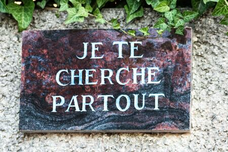 Commemorative plaque with the text I am looking for you everywhere in the marble - death memory memory deceased person (I'm looking for you everywhere I'm looking for you everywhere written in French)