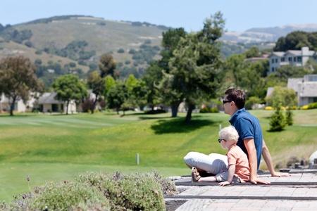carmel: padre e hijo disfrutando de la vista de Carmel Valley