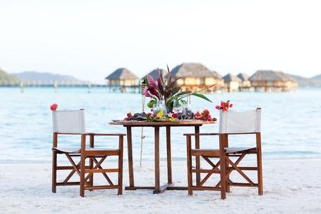 cena romantica: piano di posizionamento pronto per una cena romantica in spiaggia