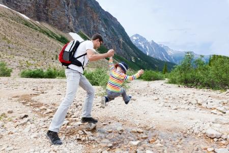 attivit?: padre che aiuta il figlio a saltare flusso a Parco nazionale Jasper