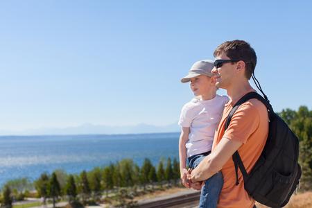puget sound: famiglia di due che gode della vista suono di Puget a Seattle, stato di Washington, Stati Uniti d'America