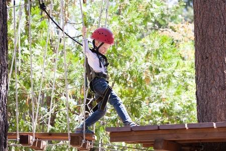ni�o escalando: poco de escalada ni�o en el parque de aventuras