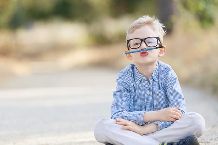 안경에 귀여운 소년 학교 개념에 다시, 바보 되