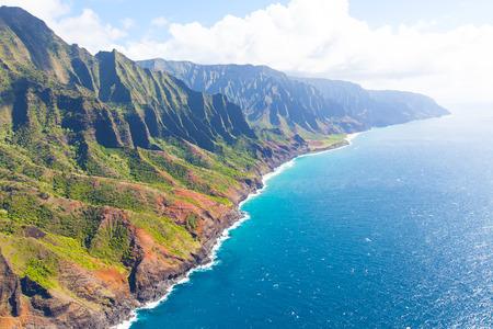 aerial: vista aérea desde un helicóptero en magnífica costa de Na Pali en Kauai Island, Hawai