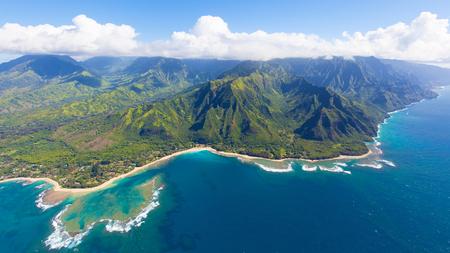 카우아이 섬, 하와이에서 헬리콥터에서 아슬 아슬한 공중보기 스톡 콘텐츠