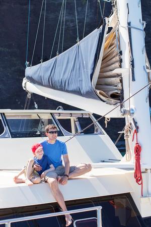 hombres jovenes: familia de dos personas que disfrutan de vacaciones de verano en el barco catamar�n