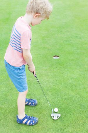 teen golf: ni�o aprender a jugar al golf a solas Foto de archivo