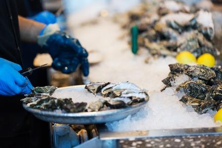 gros plan, processus, shucking, huîtres, restaurant, shallow, dof, plaque Banque d'images