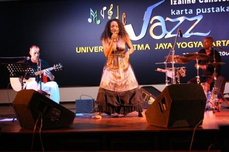 chanting: YOGYAKARTA-August 28  jazz music performances by izaline calister at University of Atma Jaya auditorium on august 28, 2007 in Yogyakarta Editorial