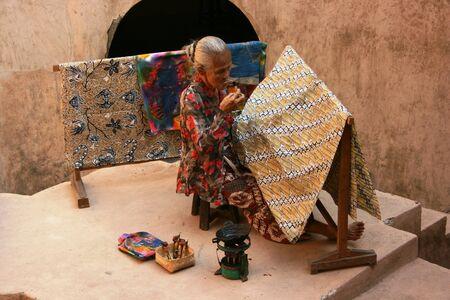 YOGYAKARTA-14 septembre Une femme âgée fabriquer du tissu batik traditionnel au château le 14 Septembre 2008 à Yogyakarta