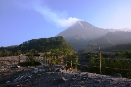 Mount Merapi-One of the world s most active volcanoes in java, Indonesia, emitting smoke and gas from its summit 免版税图像