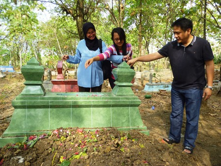 pass away: Muslim funeral cemetery in Indonesia, Asia