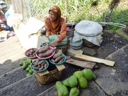 atmosphere: mercanti atmosfera e visitatori lungo il cimitero Sunan Kudus, Giava centrale, Indonesia