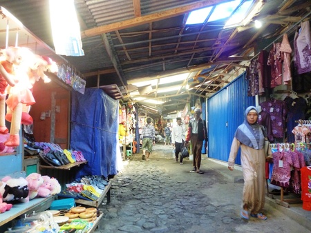 atmosfera: atmósfera comerciantes y visitantes a lo largo del cementerio Sunan Kudus, Java central, Indonesia