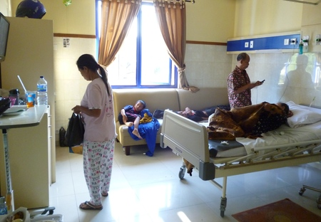 patients in the ward at the hospital Indonesia asian 新聞圖片