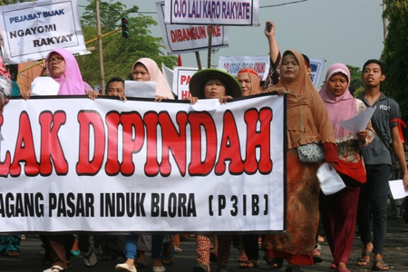 protester: Blora, Indonesia, May 25, 2016. Thousands of traditional market traders held a peaceful rally in front of the office of Regent Blora to refuse relocation market