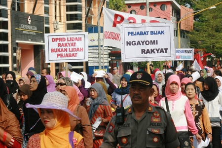 thousands: Blora, Indonesia, May 25, 2016. Thousands of traditional market traders held a peaceful rally in front of the office of Regent Blora to refuse relocation market