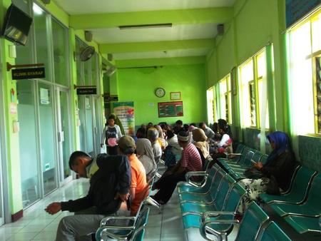 アジアの医師の診察を待っている部屋の多くの人々