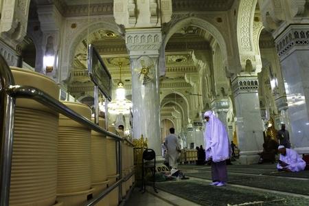 Masjidil haram innen Aktivität in der Nacht Standard-Bild - 76207024