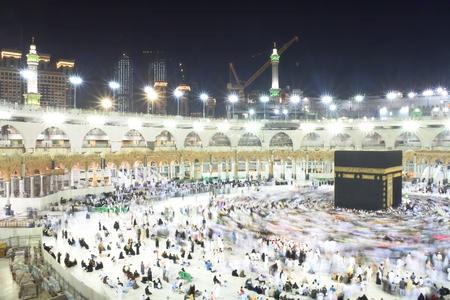 Muslimische Pilger aus aller Welt, die sich nachts um die Kaaba drehen Standard-Bild - 76207039