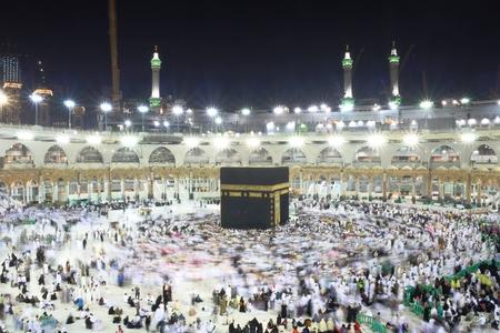 Pellegrini musulmani, provenienti da tutto il mondo, girano intorno alla Kaaba durante la notte Archivio Fotografico - 76207032