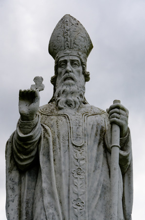 A statue of St Patrick patron saint of Ireland on the Hill of Tara. Foto de archivo