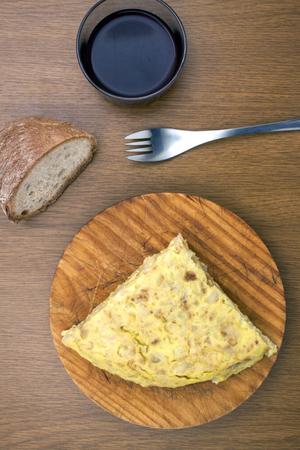 pan y vino: una cubierta tradicional espa�ola del espa�ol tortilla con pan y vino un tenedor