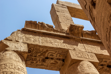 templo: visi�n horizontal de un detalle del techo de la Gran Sala Hip�stila del Templo de Karnak, Luxor, Egipto