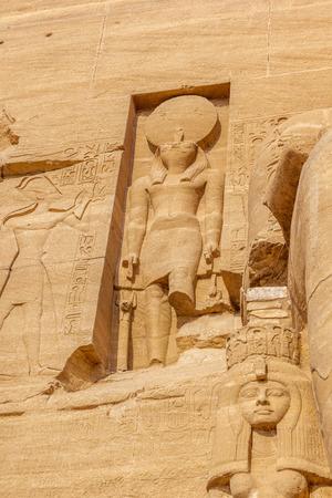 horus: a la vista vertical de una escultura de Horus en el templo de Abu Simbel, Nubia, Egipto