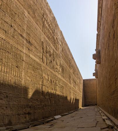 horus: una vista de detalle del templo de Horus en Edfu, Egipto Foto de archivo