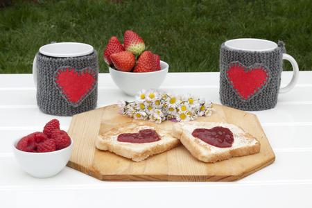 desayuno romantico: una vista frontal horizontal de un rom�ntico desayuno en un jard�n con espacio para un mensaje