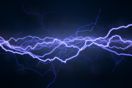 rayo electrico: Rayo se extiende horizontalmente a trav�s de un fondo negro  Foto de archivo