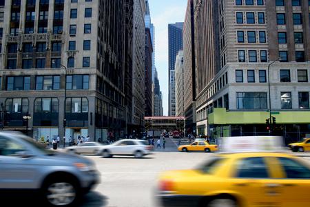 Auto's racen door de stad op een drukke straat Stockfoto