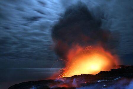 Lava exploderen 's nachts Stockfoto