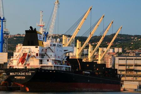 RIJEKA  CROACIA - 12 DE AGOSTO DE 2015: El portador a granel Miltiades II que vuela debajo de bandera liberiana amarra en el puerto de Rijeka. Liberia como bandera de conveniencia tiene la segunda mayor flota mercante después de Panamá. Editorial