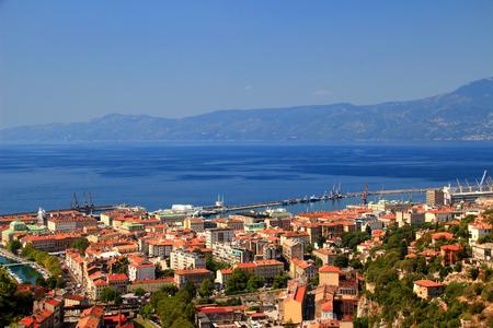 리예 카, 크로아티아의 가장 큰 포트 도시 중심의 빨간색 옥상와 Kvarner 걸프, 아드리아 해 백그라운드에서 푸른 물 맑은 풍경 Ucka 범위, Istrian 반도