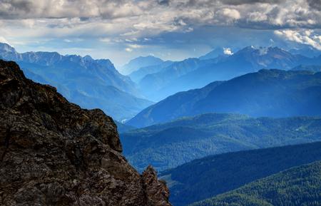 フリウリ ドロミテ、Carnic Prealps、ドロミテ、ヴェネト州、フリウリ = ヴェネツィア ・ ジュリアの地域、北イタリアは、ヨーロッパの岩と森林に覆わ