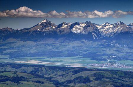 高タトラ山脈、スロバキア ヨーロッパの Solisko ピーク、山脈スキー リゾートおよび低タトラ山脈からポプラト バレー シュトルバ村に春の Krivan、ピ