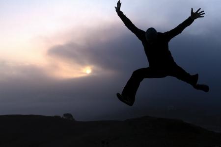 일출에서 기쁨에 점프