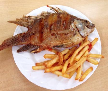 pescado frito: Patatas fritas con pescado frito